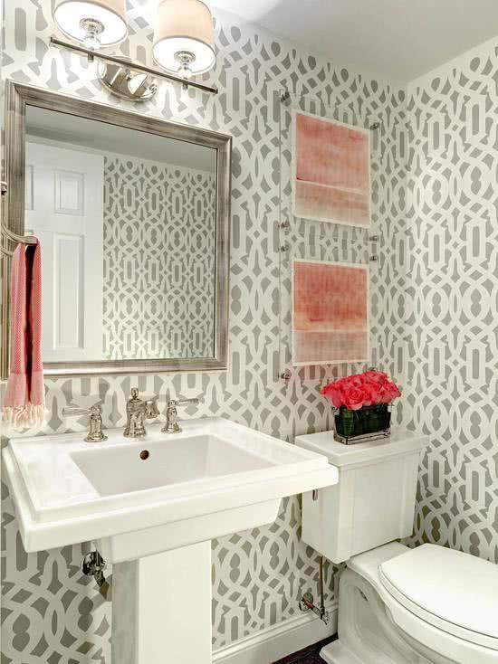 Papel de parede para banheiro cinza e branco.