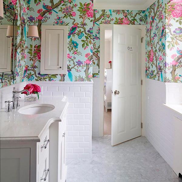 Papel de parede para banheiro com estampa floral.