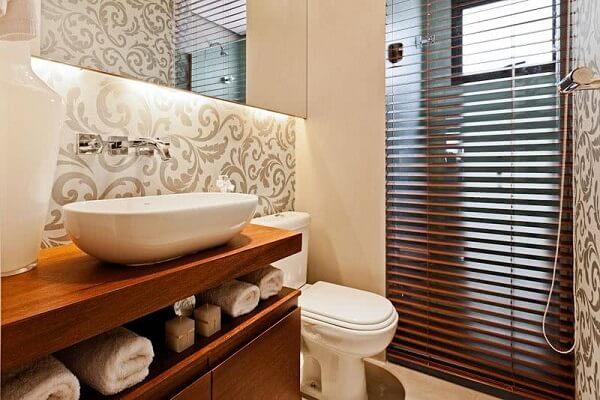 Papel de parede para banheiro neutro com estampa tradicional.