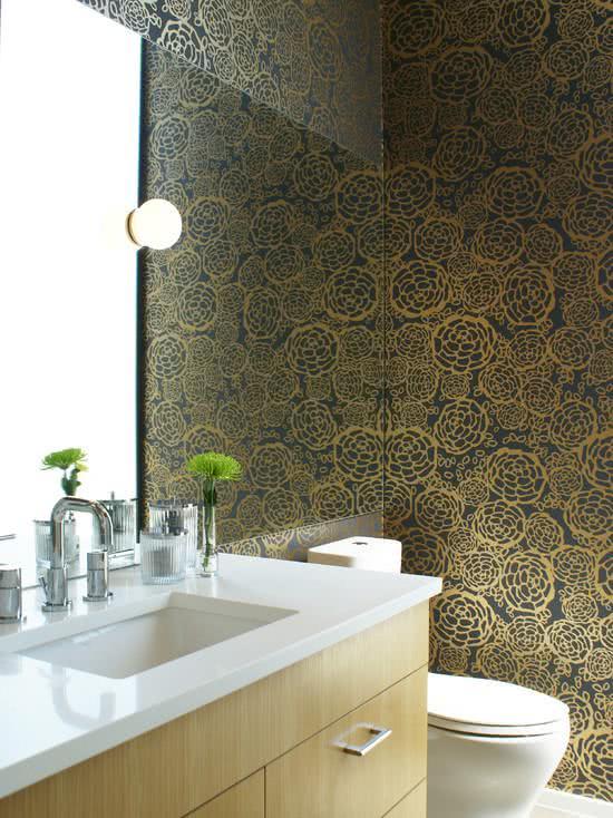 Papel de parede para banheiro moderno com dourado.