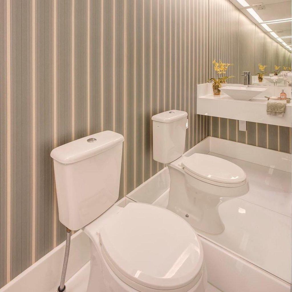Papel de parede para banheiro listrado.