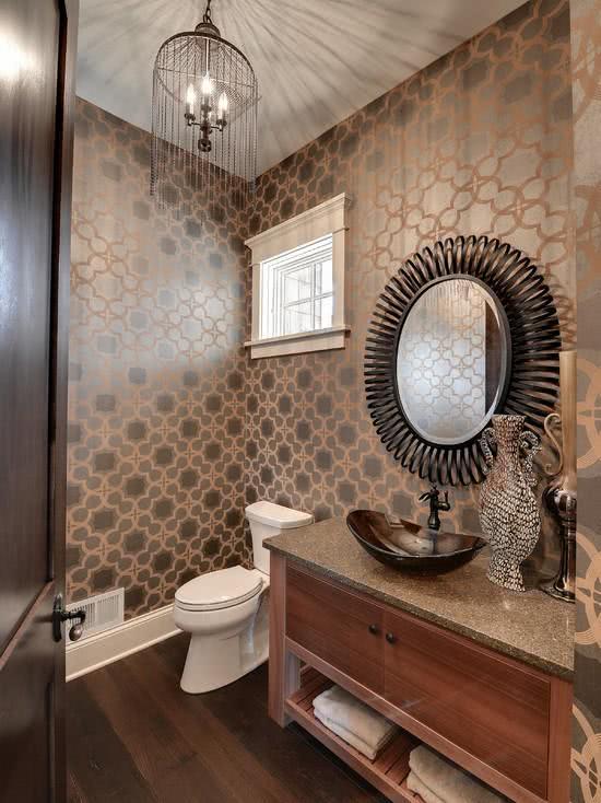 Papel de parede para banheiro com estampa luxuosa.