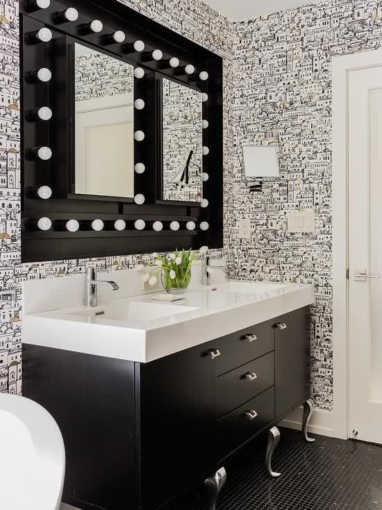Papel de parede para banheiro com estampa moderna com ilustrações de cidades.