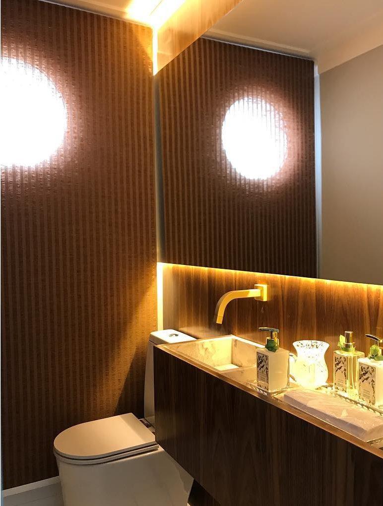 Papel de parede para banheiro listrado marrom.