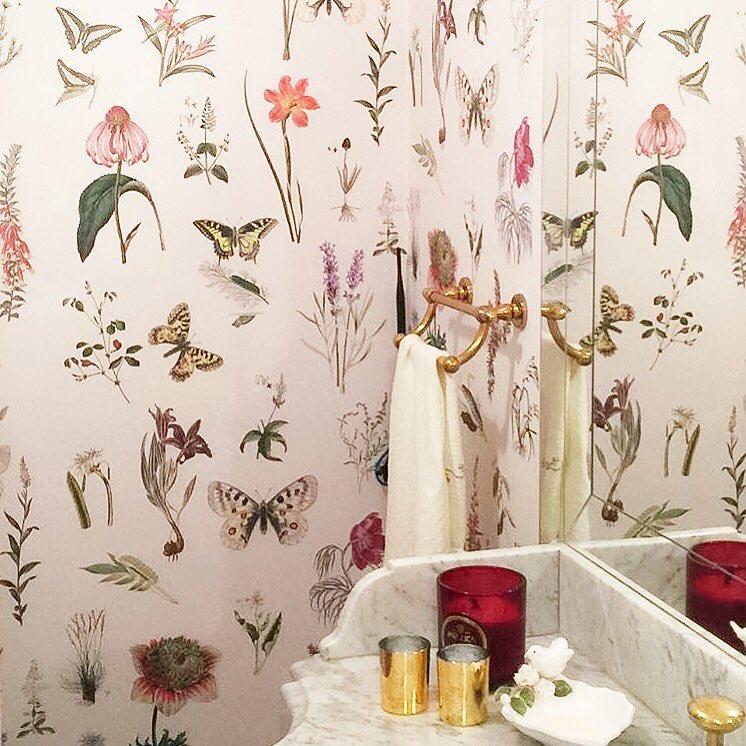 Papel de parede para banheiro com estampa com flores e borboleta.