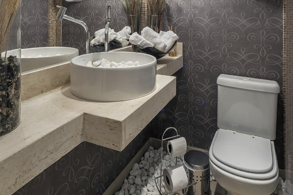 Papel de parede para banheiro cinza.