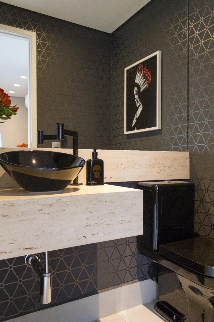 Papel de parede para banheiro cinza com figura geométrico.