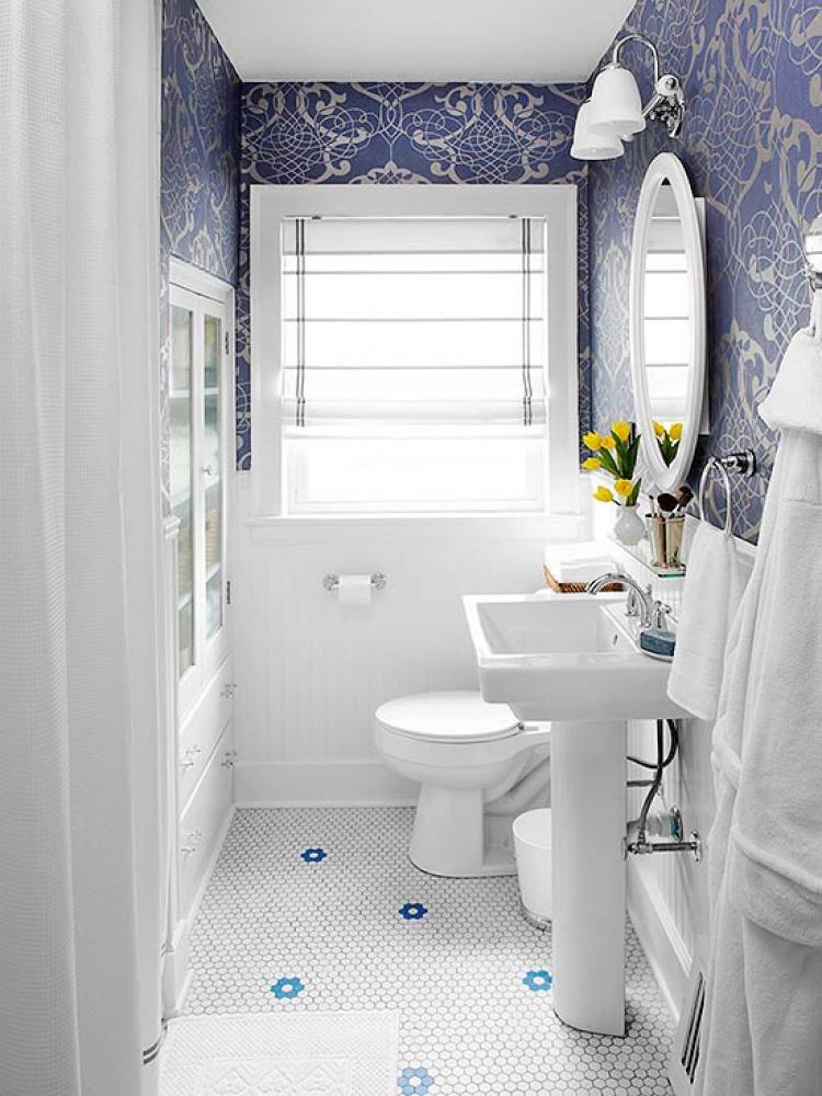 Papel de parede para banheiro azul escuro.