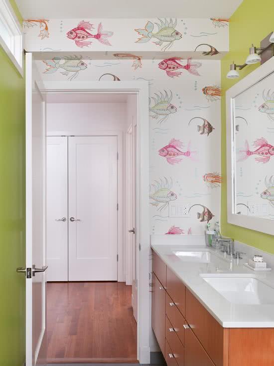 Papel de parede para banheiro com estampa de peixes.