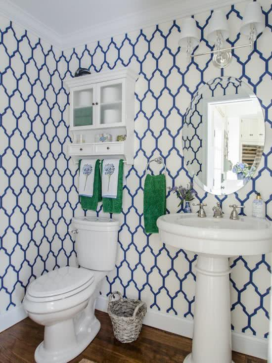 Papel de parede para banheiro com estampa tradicional azul e branco.