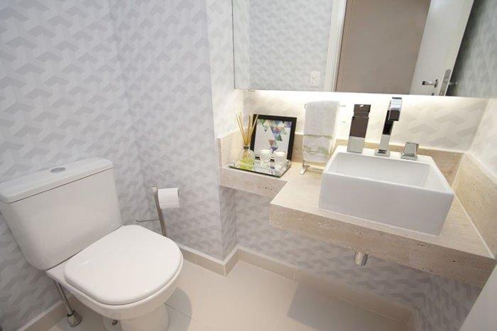 Papel de parede para banheiro com estampa geométrica.