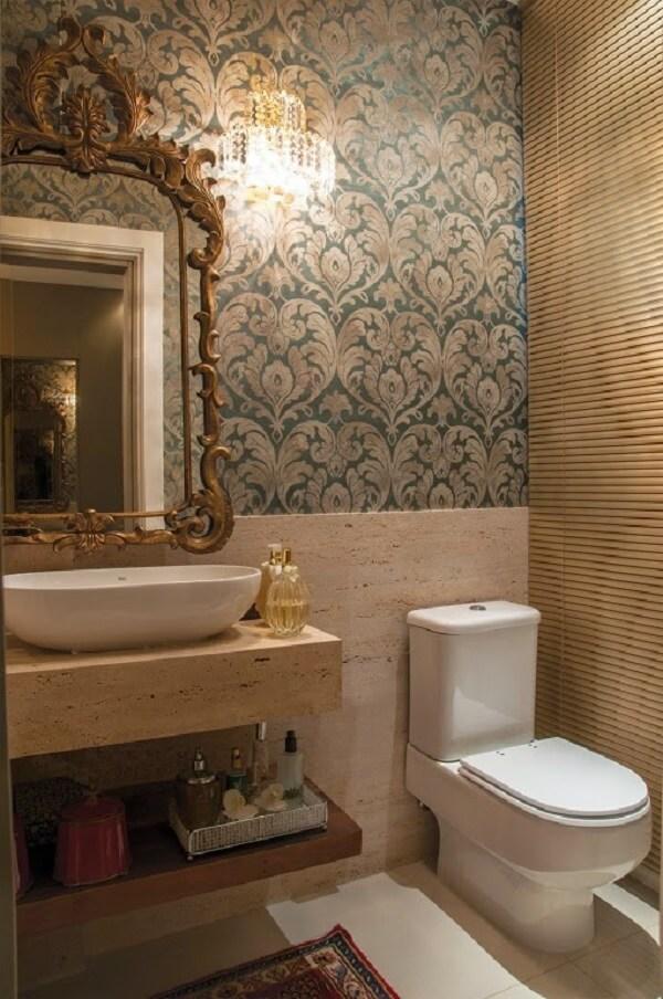 Papel de parede para banheiro com estampa verde luxuosa.