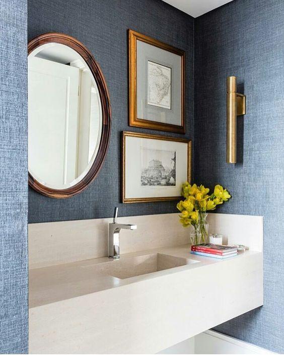 Papel de parede para banheiro com estampa jeans.