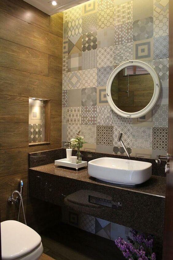 Papel de parede para banheiro com estampa de azulejos.