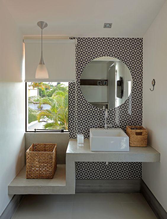 Papel de parede para banheiro com estampa moderna preta e branca.