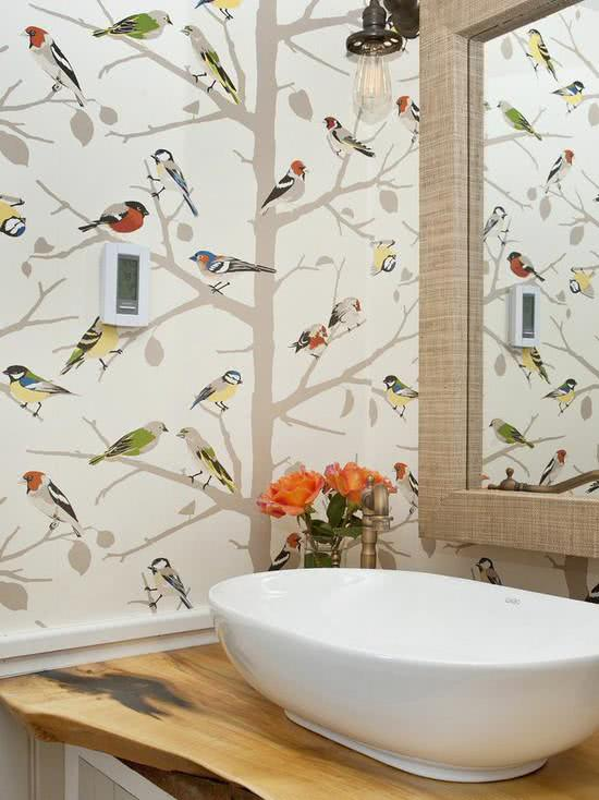 Papel de parede para banheiro com estampa de passarinhos.
