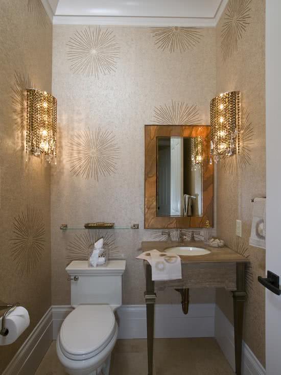 Papel de parede para banheiro  com ilustrações douradas.