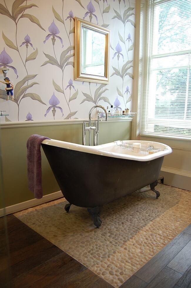 Papel de parede para banheiro com estampa floral elegante.
