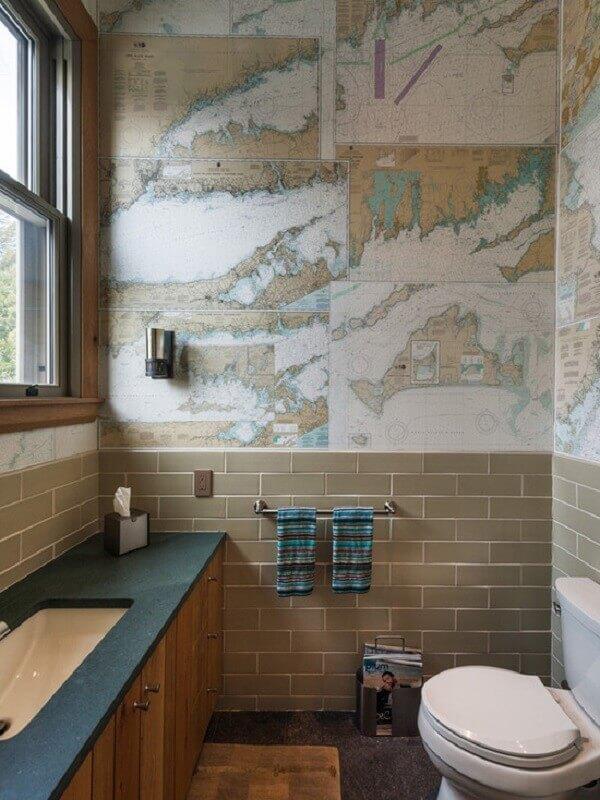 Papel de parede para banheiro com estampa de mapas.