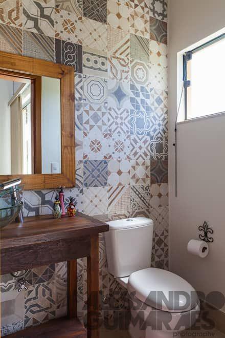 Papel de parede para banheiro com estampa de azulejo marrom.