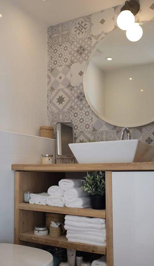 Papel de parede para banheiro com estampa de azulejo.