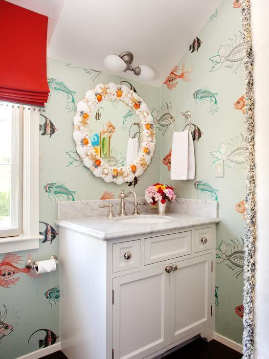 Papel de parede para banheiro com estampa de peixes coloridos.