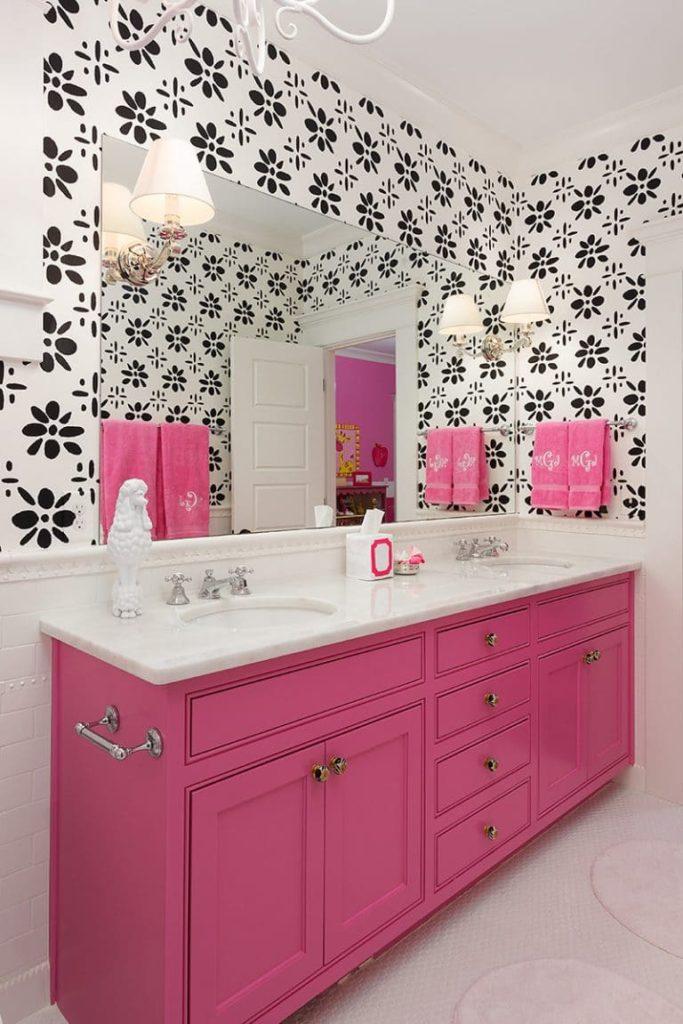 Decoração com estampa preta e branca e armário rosa.