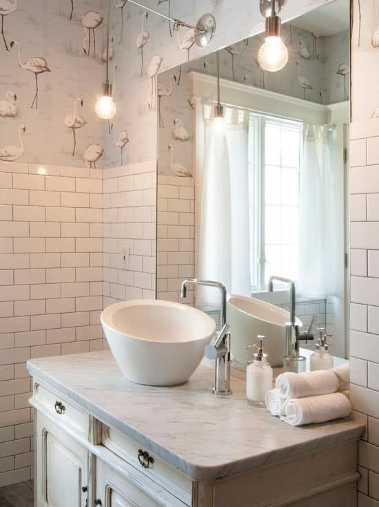Decoração moderna com estampa de flamingos e azulejo metrowhite.