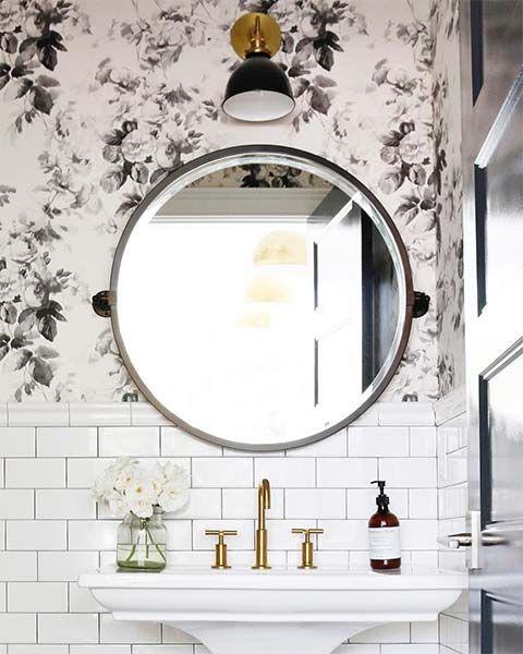 Decoração minimalista com estampa floral e azulejo metrowhite.