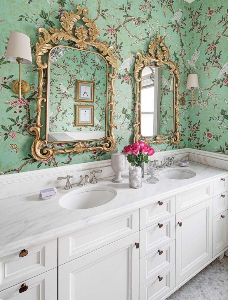 Decoração clássica com estampa floral verde e pia dupla.