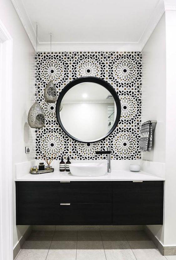 Decoração moderna com armário preto minimalista.