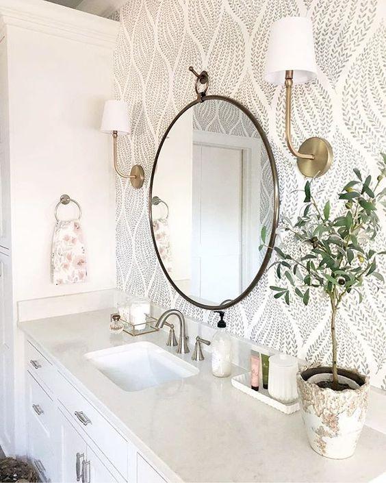 Decoração clean e espelho branco.