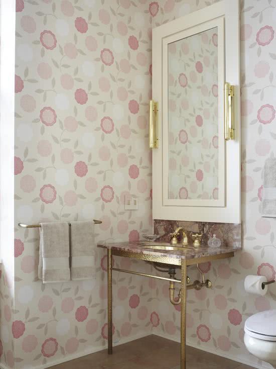 Decoração feminina com estampa floral rosa.