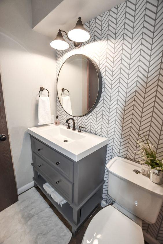 Decoração com armário cinza e estampa geométrica.