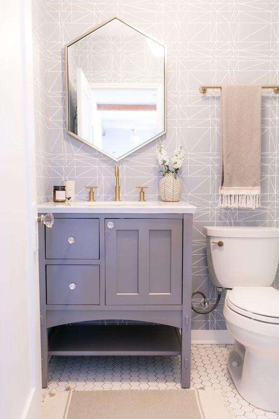 Decoração com armário lilás e espelho geométrico.