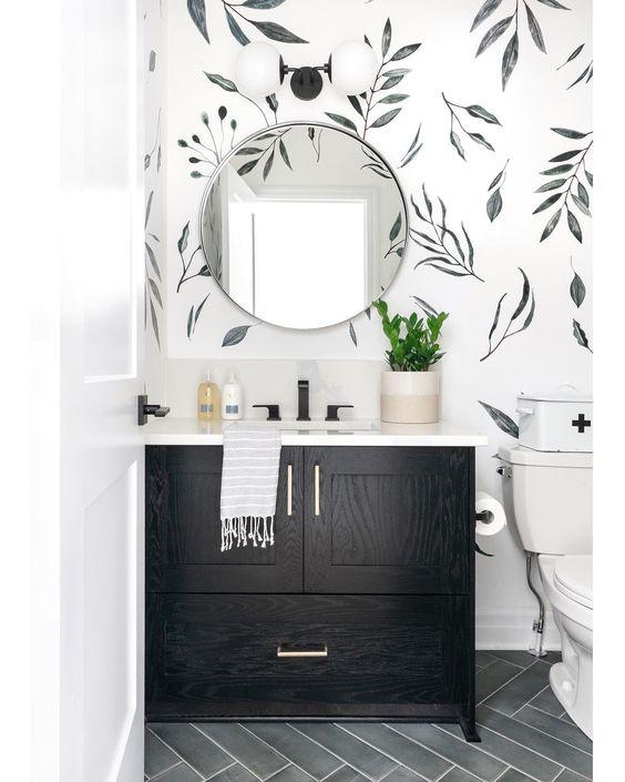 Decoração moderna com armário preto.