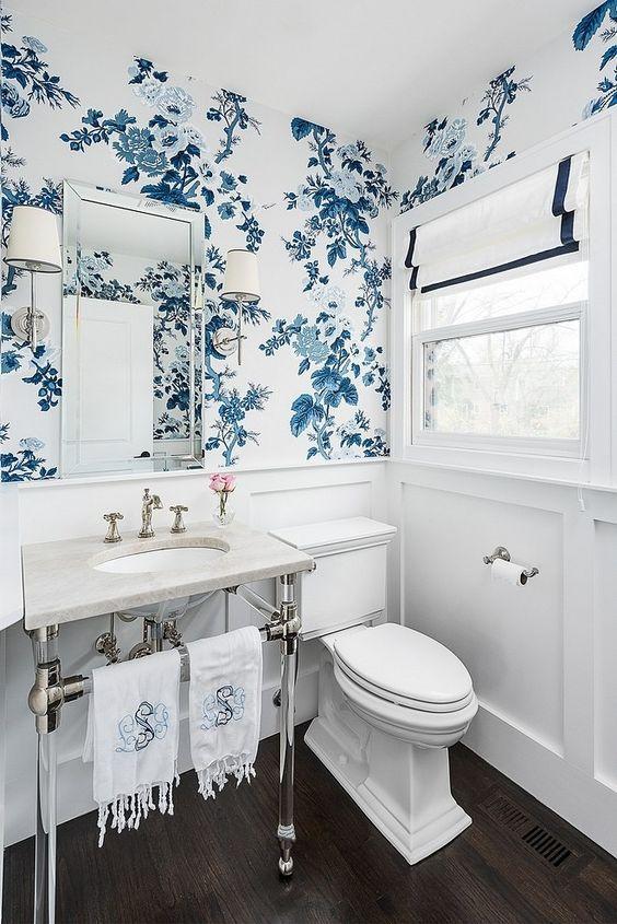 Decoração clean com estampa floral azul.