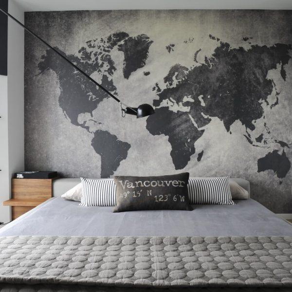 Papel de parede para quarto masculino com mapa mundi.