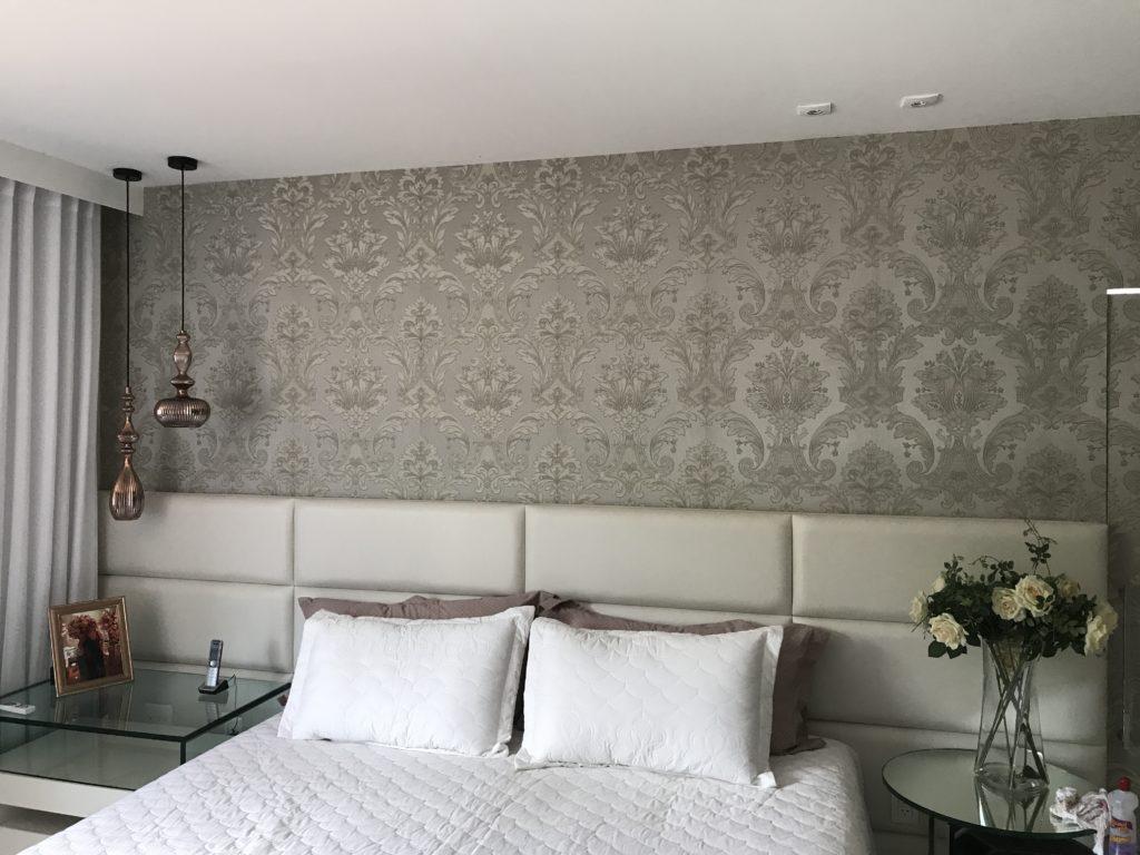Papel de parede para quarto luxuoso com cabeceira acolchoada.