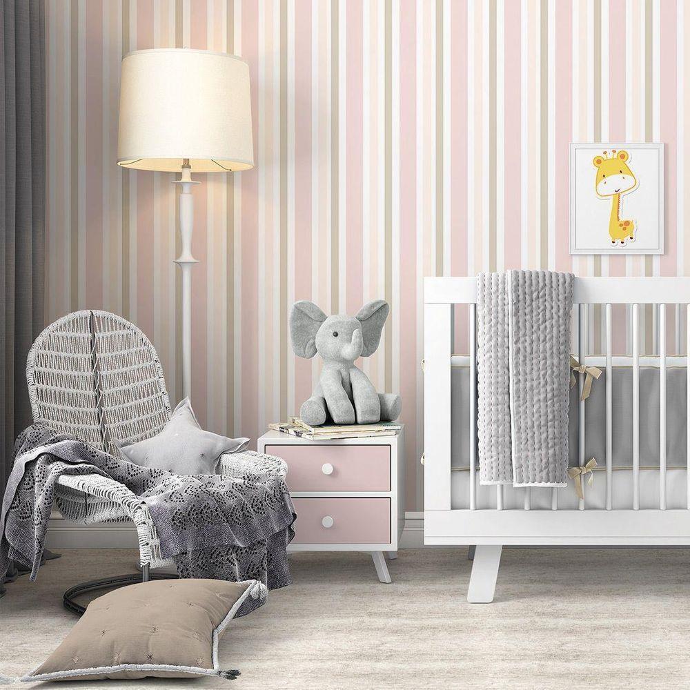 Cômodo infantil com decoração cinza e rosa.