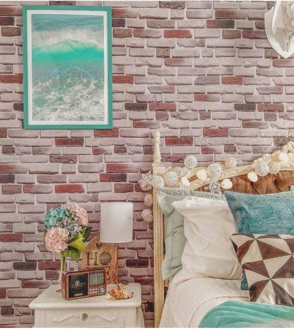 Papel de parede para quarto rústico com estampa de tijolinhos aparentes.
