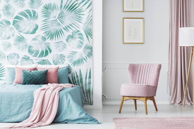 Papel de parede para quarto feminino com estampa tropical.
