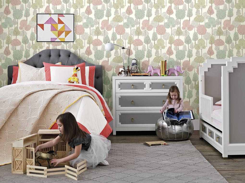 Papel de parede para quarto infantil com estampa de árvores.