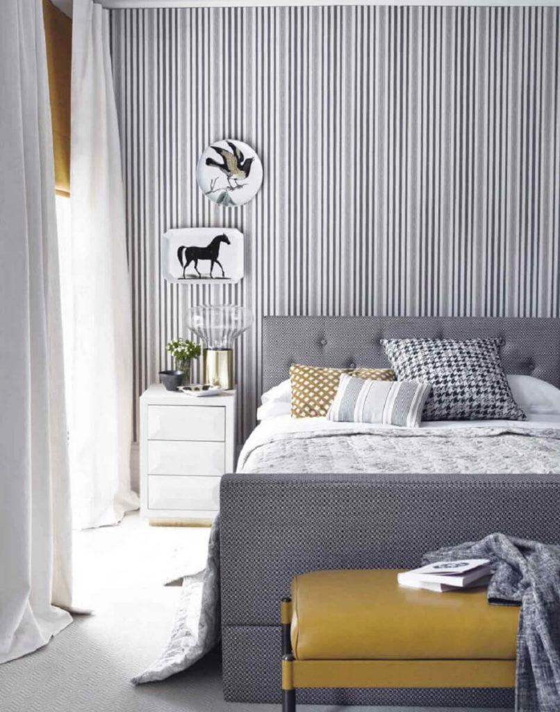 Papel de parede para quarto  de casal com estampa listrada.