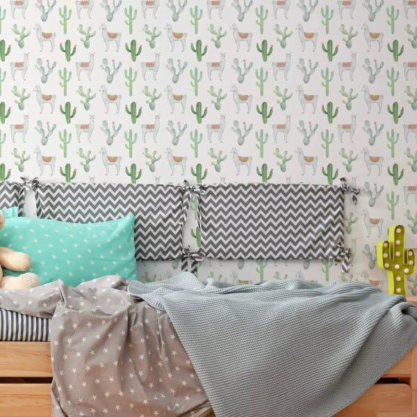 Papel de parede para quarto infantil com estampa de cactos.