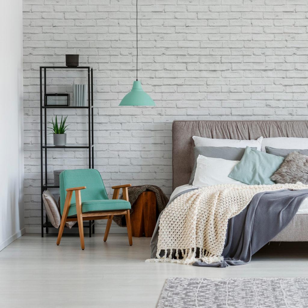 Papel de parede para quarto com estampa de tijolinho branco.