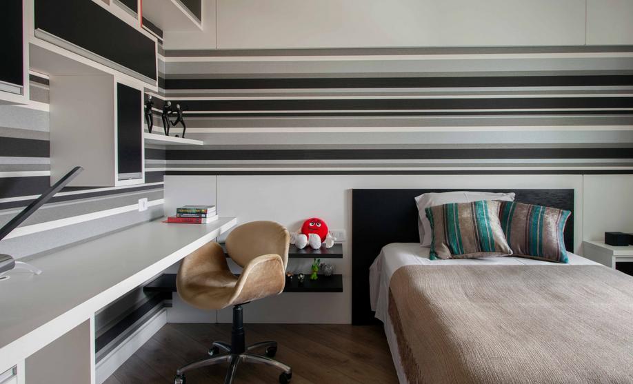 Papel de parede para quarto de solteiro com estampa listrada.