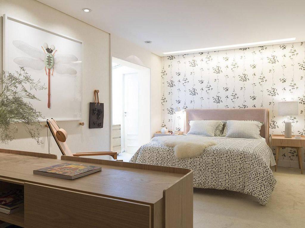 Papel de parede para quarto moderno com estampa floral delicada.