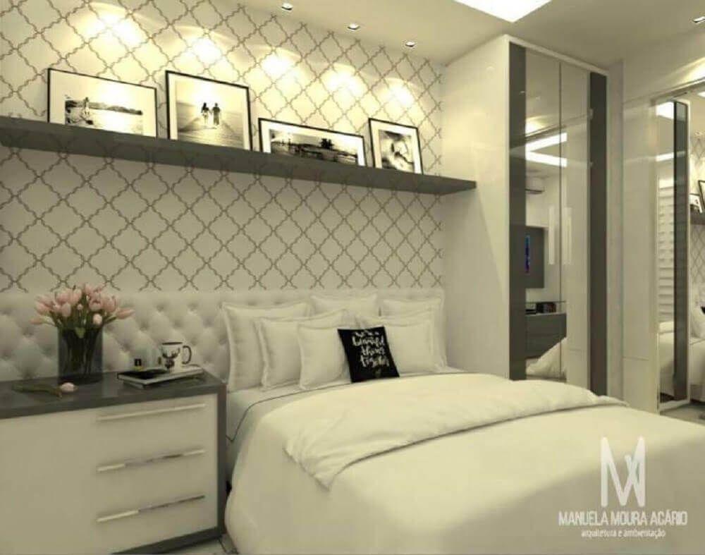 Papel de parede para quarto pequeno e simples com cores neutras.