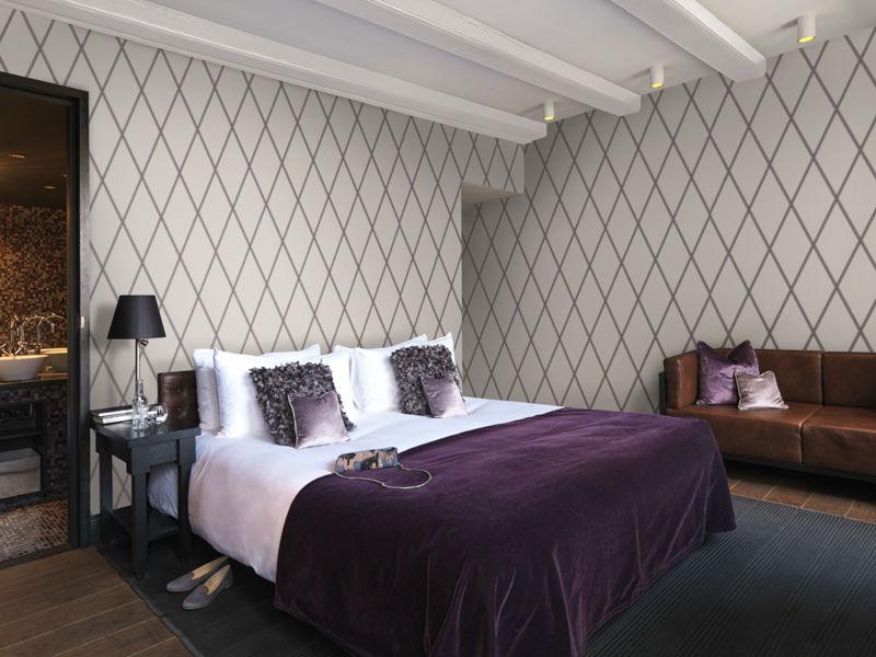 Papel de parede para quarto clássico com estampa geométrica.